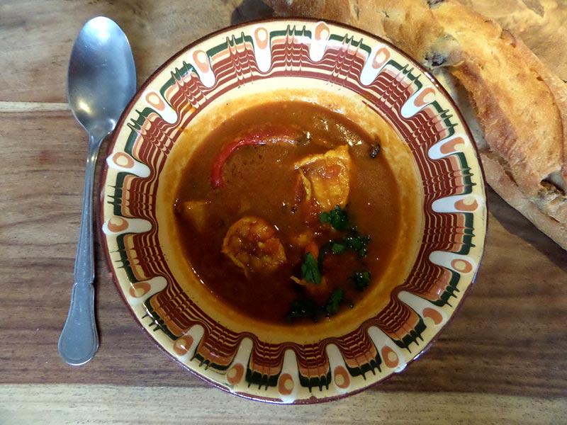 Curry Fischsuppe mit argentinischen Rotgarnelen und Steinbeißer
