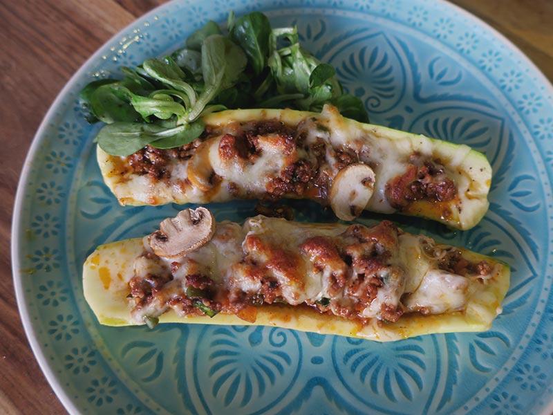 Überbackene Zucchini-Hackfleisch-Schiffchen mit Bockshornklee und Kümmel