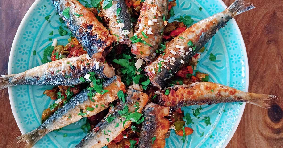 Gegrillte Sardinen auf Tomaten Paprika
